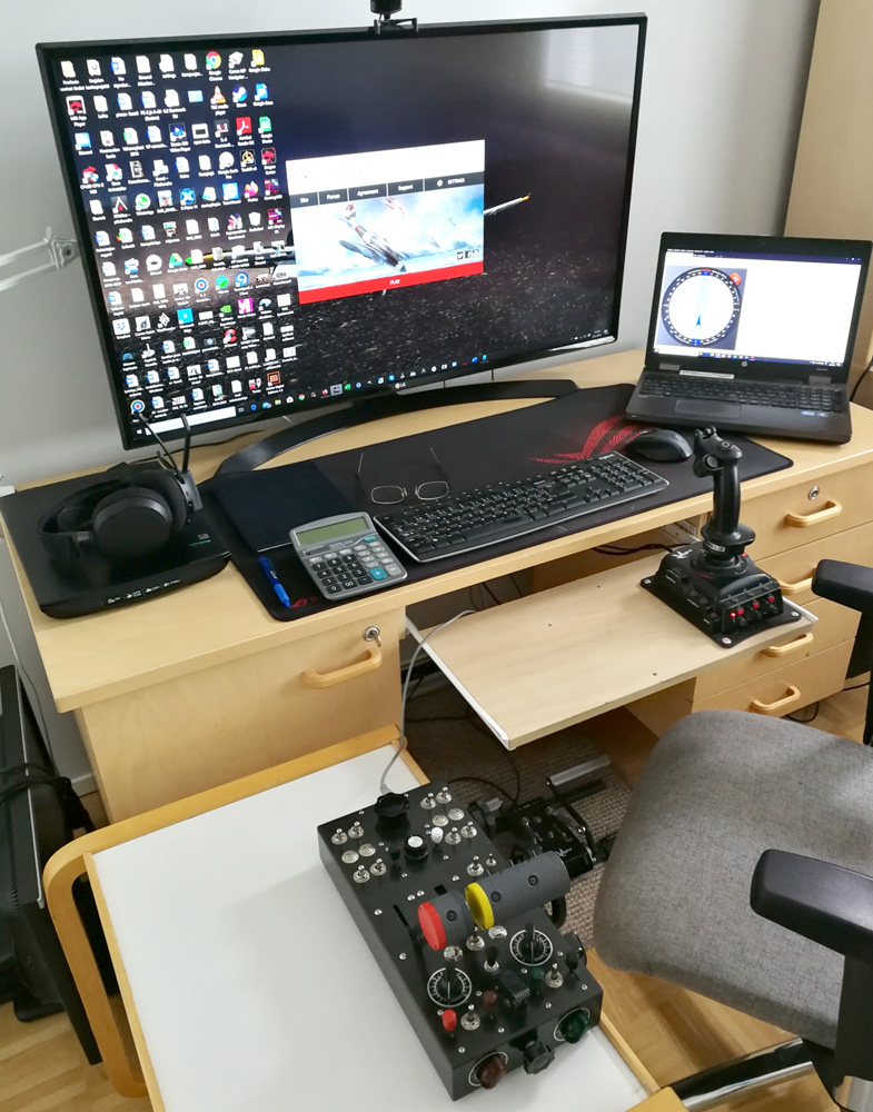 LLv44_Antsu's home cockpit: LG 42 inch 4K-monitor, Kanttorin Kone Throttle Console, some pedals and VKB Gladiator Pro stick.